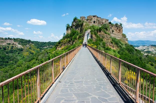 Piękny widok na słynne martwe miasto civita di bagnoregio