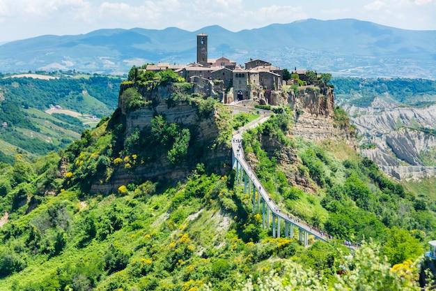 Piękny widok na słynne nieżywe miasteczko civita di bagnoregio, włochy