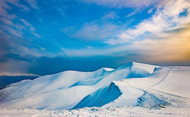 Piękny widok na stok narciarski w słoneczną zimę