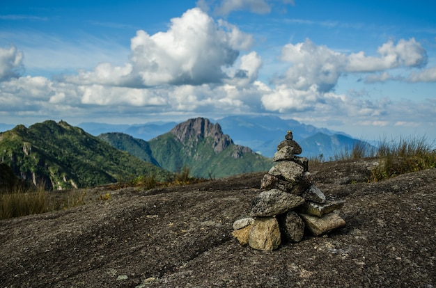 Piękny widok na stos kamieni na wzgórzu z górami
