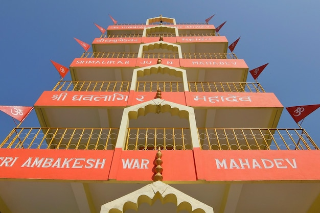 Piękny widok na świątynię tera manzil trayambakeshwar w rishikesh india