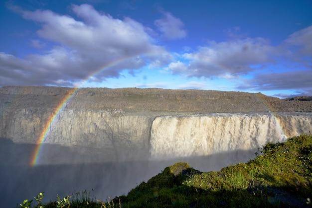 Piękny widok na tęczę nad wodospadem godafoss w północno-wschodnim regionie dettifoss w islandii