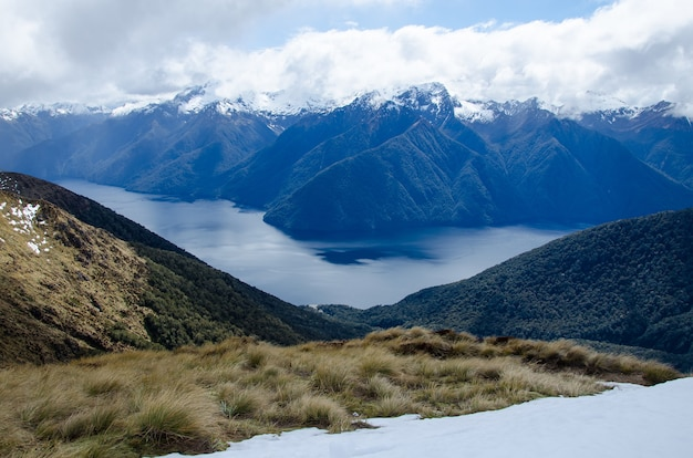 Piękny widok na tor keplera w parku narodowym fiordland w nowej zelandii