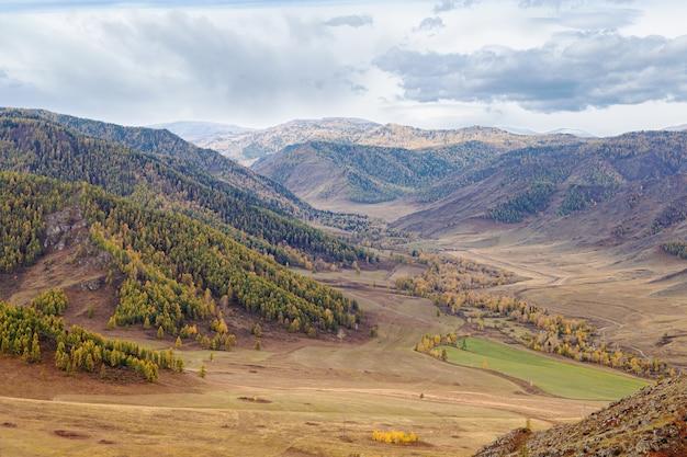 Piękny widok na trakt chuysky republika ałtaju rosja naturalny jesienny krajobraz