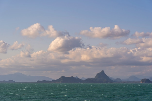 Piękny widok na tropikalną wyspę i wodę morską z białymi chmurami i błękitnym niebem w tajlandii. koncepcja podróży i przyrody