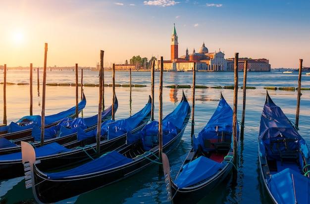 Piękny widok na wenecję z gondolami o wschodzie słońca, włochy
