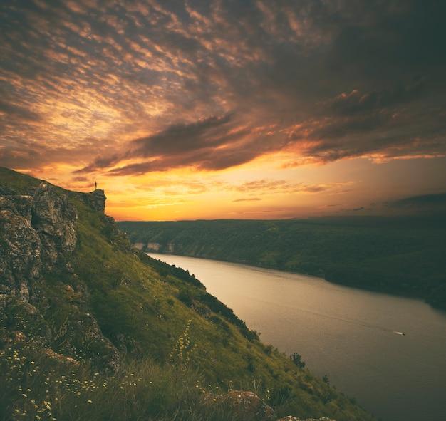 Piękny widok na wielki kanion z zakrzywioną rzeką w środku o zachodzie słońca