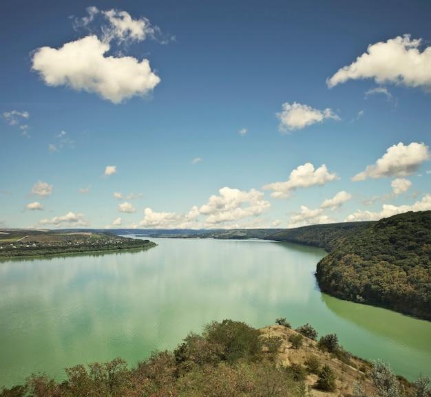 Piękny widok na wielki kanion z zakrzywioną rzeką w środku