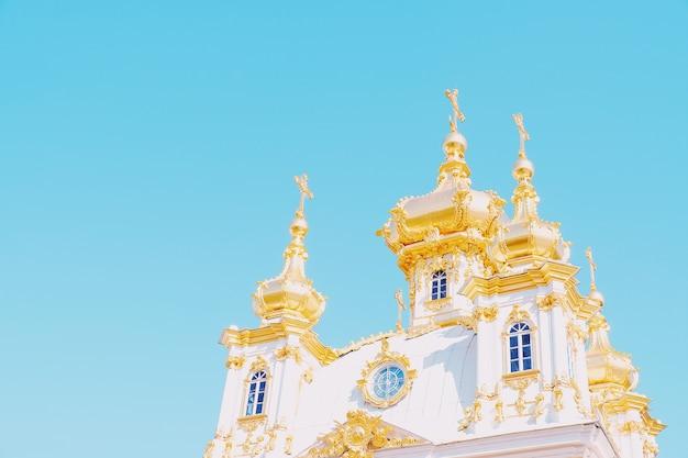 Piękny widok na wielki pałac w peterhof palace sankt petersburg rosja.