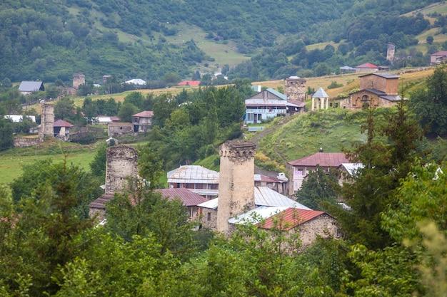 Piękny widok na wioski swanetii ze średniowiecznymi wieżami.