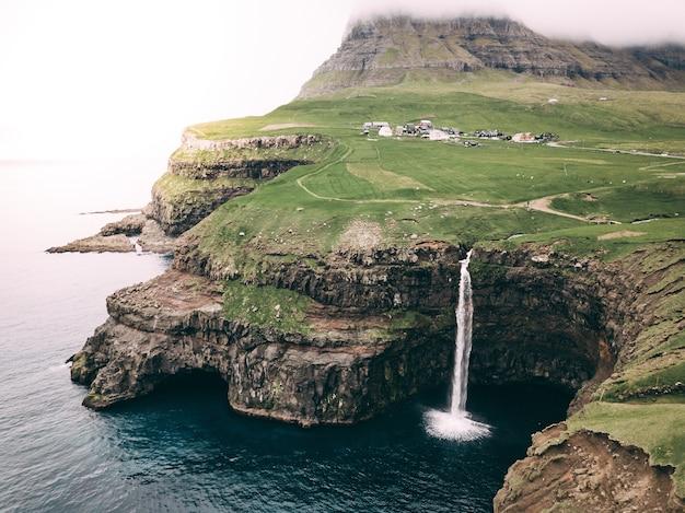 Piękny widok na wodospad gasadalur i wyspy owcze w danii
