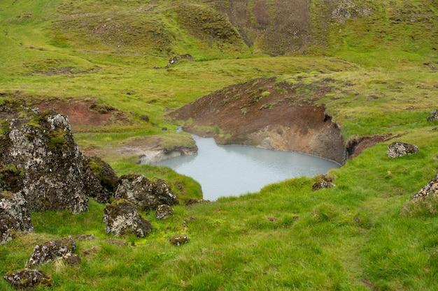 Piękny widok na wrzącą wodę w aktywnym geotermalnie obszarze w wysokich górach islandii