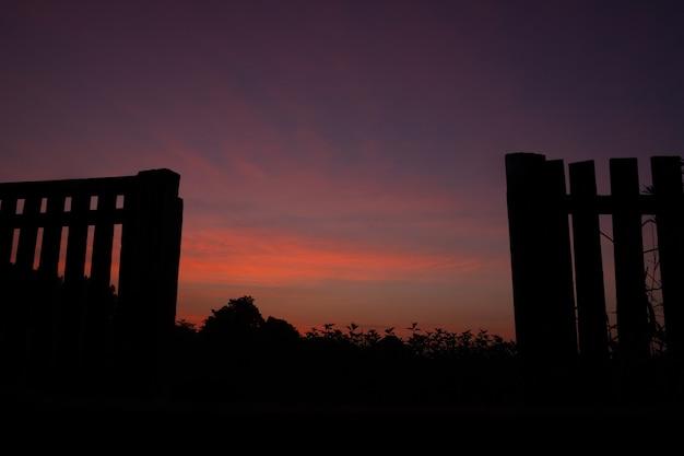 Piękny widok na wschód słońca na wsi, jasne dramatyczne niebo, świt, delikatny ciepły kolor nieba.