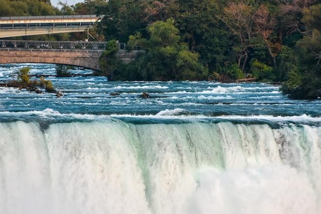 Piękny widok na wspaniały wodospad niagra zrobiony w kanadzie