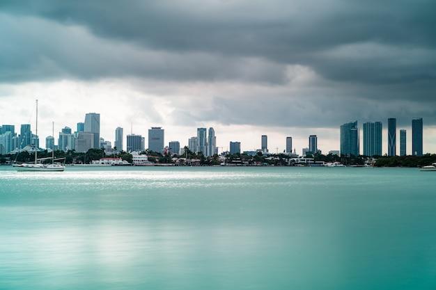 Piękny widok na wysokie budynki i łodzie w south beach, miami, floryda