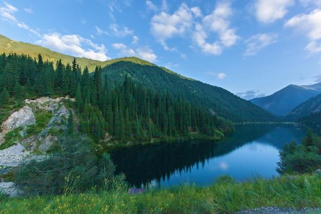Piękny widok na wysokogórskie jezioro kolsai w kazachstanie, azja środkowa