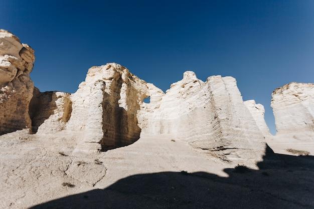 Piękny widok na zabytkowe skały