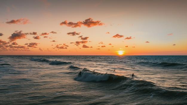 Piękny widok na zachód słońca i ocean w domburg, holandia