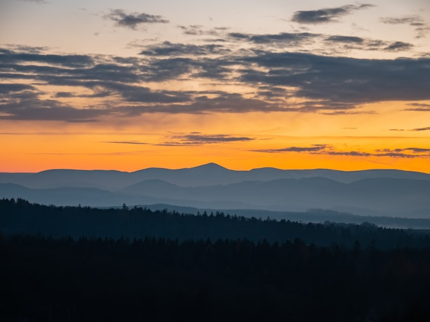 Piękny widok na zachód słońca nad sudetami, polska
