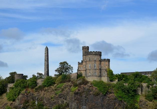 Piękny widok na zamek w edynburgu na castle rock w szkocji.