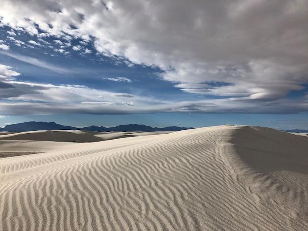 Piękny widok na zasypaną wiatrem pustynię nowego meksyku