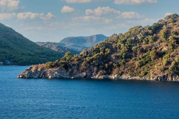 Piękny widok na zatokę morską niedaleko marmaris. pejzaż morski błękitne morze, podróże, rekreacja i wakacje