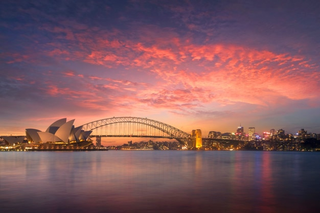Piękny widok na zatokę sydney o zachodzie słońca z punktu widokowego pani macquarie w godzinach wieczornych