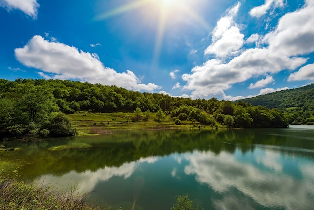 Piękny widok na zielone jezioro wysokogórskie