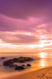 Piękny widok niebo tropikalnej plaży o zachodzie słońca. khaolak i wyspa phuket, tajlandia. pionowy