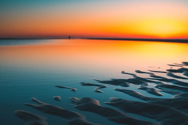 Piękny widok odbicie słońca w jeziorze schwytanym w vrouwenpolder, holandie