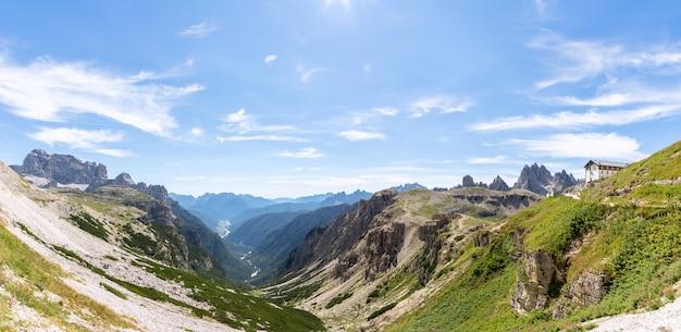 Piękny widok panoramiczny na dolinę z jeziorem misurina, park narodowy tre cime di lavaredo. włochy