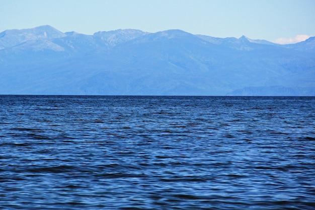 Piękny widok panoramiczny na jezioro bajkał i góry w buriacji.