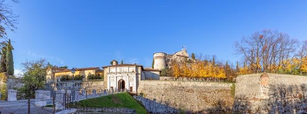 Piękny widok panoramiczny na zabytkowy zamek brescia (sezon jesienny)