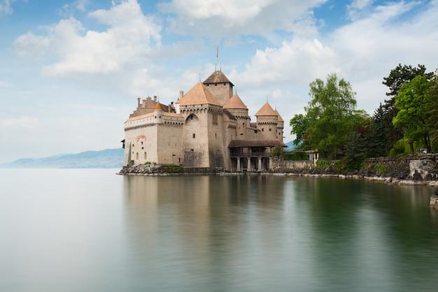 Piękny widok sławna górska chata de chillon przy jeziornym genewa montreux, szwajcaria