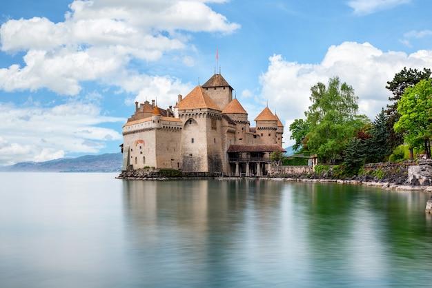 Piękny widok sławna górska chata de chillon przy jeziornym genewa, szwajcaria