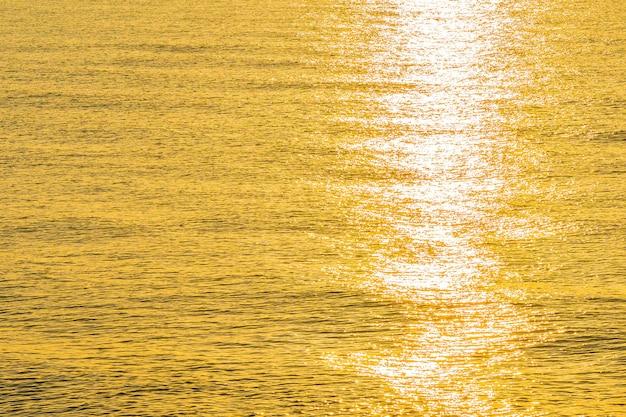 Piękny widok światła słonecznego na wodę morską i oceaniczną