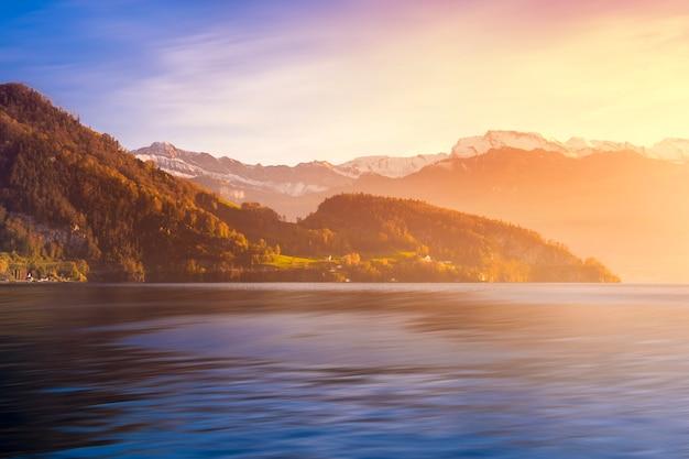 Piękny widok szwajcarska alps góra w rigi górze i wsi wiosce