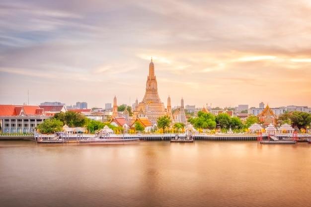 Piękny widok wat arun świątynia przy zmierzchem w bangkok, tajlandia