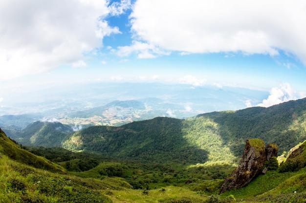 Piękny widok wiejskiego krajobrazu pogodni wzgórza pod chmurnym niebem, przy doi inthanon parkiem narodowym, chiang mai, thailand