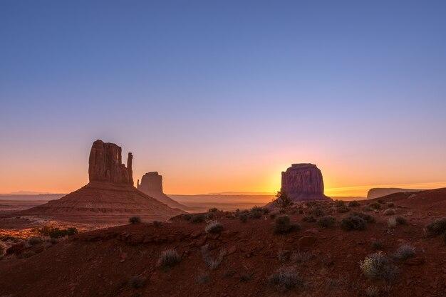 Piękny widok wschodu słońca na słynne buttes of monument valley na pograniczu arizony i utah w usa