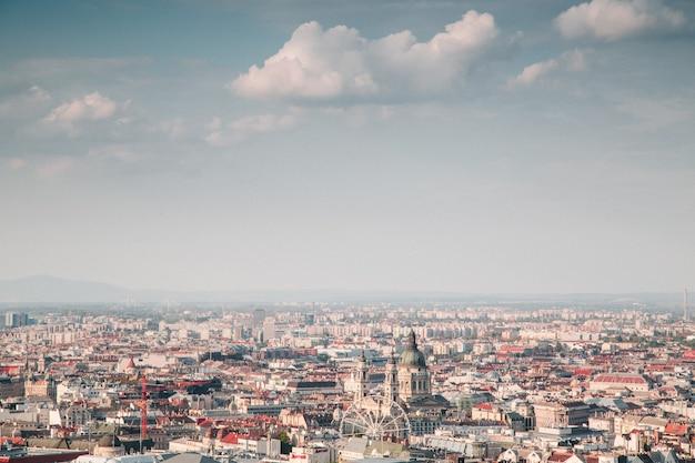 Piękny widok z góry na miasto w słoneczny dzień