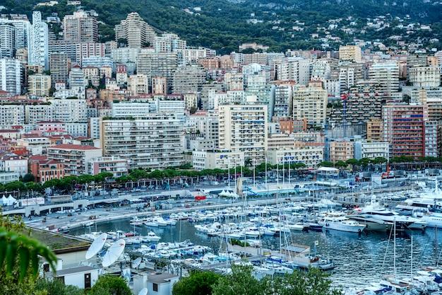Piękny widok z góry na miejską marinę z luksusowymi jachtami i architekturą bogatego miasta.