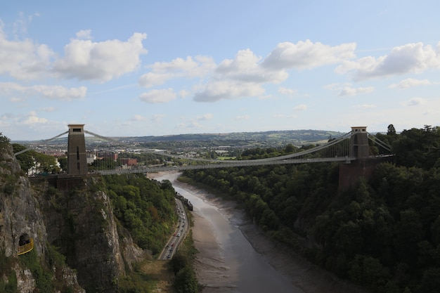 Piękny widok z góry na most clifton down biegnący nad rzeką w bristolu w wielkiej brytanii