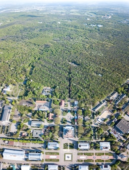 Piękny widok z góry na zielony las i widok na plac narodowego centrum wystawowego w kijowie na ukrainie. zdjęcie drone