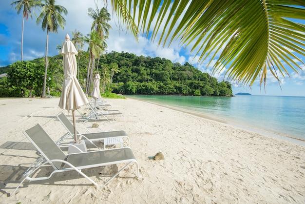 Piękny widok z leżaków na tropikalnej plaży, szmaragdowe morze i biały piasek na tle błękitnego nieba, zatoka maya na wyspie phi phi, tajlandia