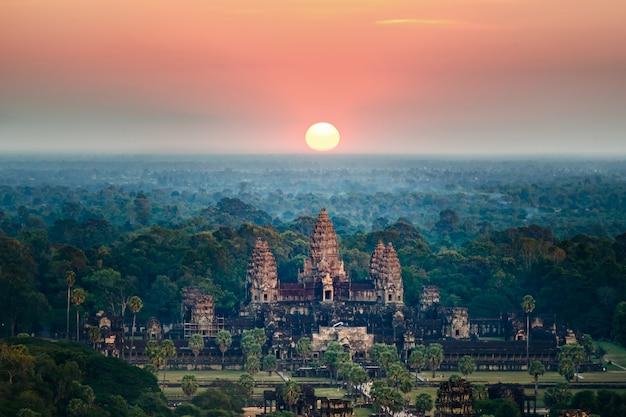 Piękny widok z lotu ptaka angkor wat przy wschodem słońca siem - kambodża.