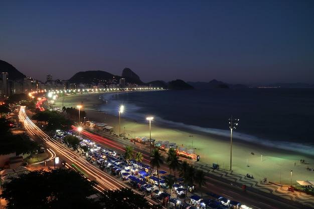 Piękny widok z lotu ptaka copacabana plaża i cukrowa bochenka góra w odległości nocą, rio de janeiro, brazylia