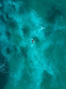 Piękny widok z lotu ptaka fal oceanu tuż z góry w widoku z lotu ptaka