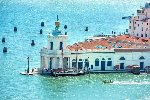 Piękny widok z lotu ptaka na canal grande i bazylikę santa maria w wenecji we włoszech