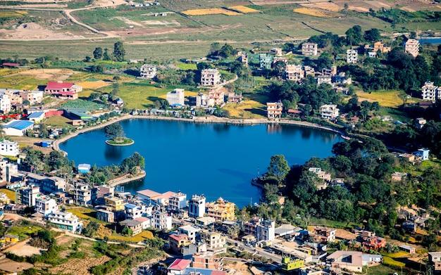 Piękny widok z lotu ptaka na jezioro taudaha, katmandu, nepal.